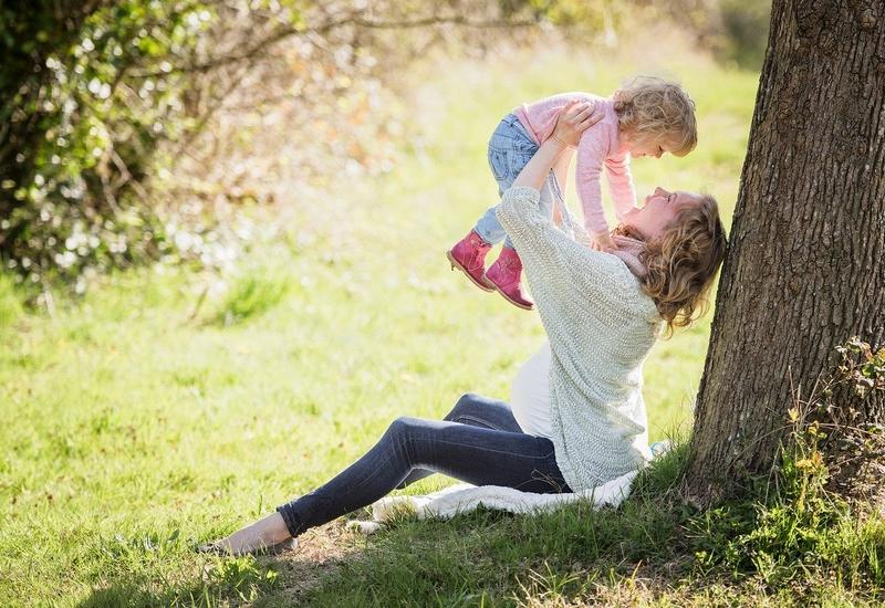 子供をかわいがるシングルマザー